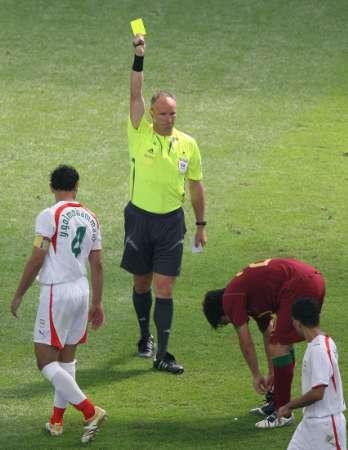 图文:葡萄牙VS伊朗 德科被出示黄牌