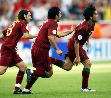 图文:葡萄牙VS伊朗 德科进球与队友庆贺