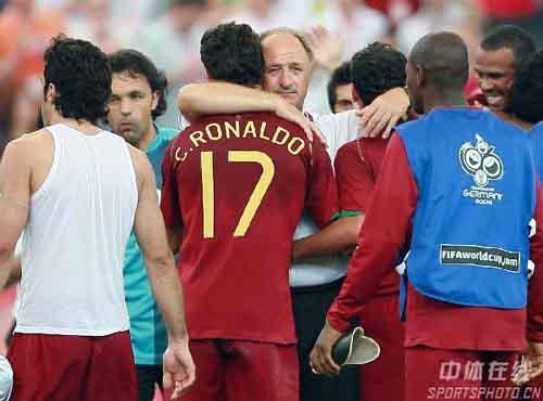 图文:葡萄牙2-0伊朗 斯科拉里拥抱队员