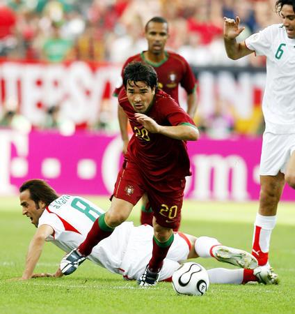 图文:葡萄牙2-0伊朗 球员德科带球突破