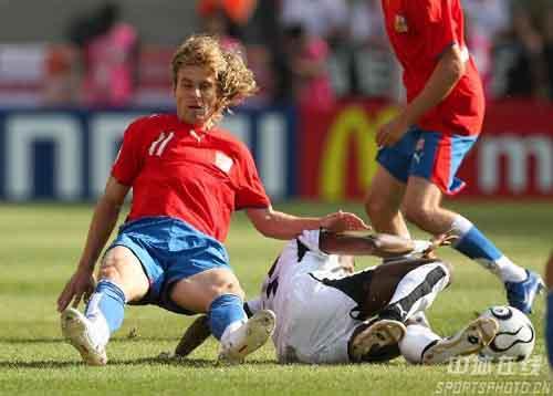 图文:捷克2-0加纳 双方在争斗中摔倒