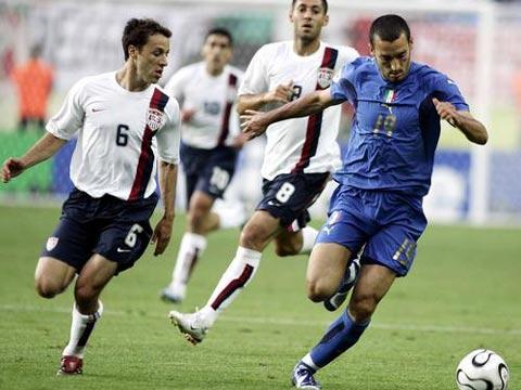 图文:意大利1-1美国 赞不罗塔带球快速前进