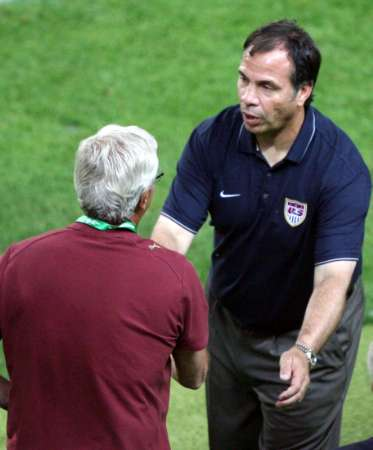 图文:意大利1-1美国 里皮与阿雷纳握手