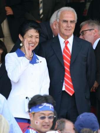 图文:日本VS克罗地亚 日本官员与球迷打招呼