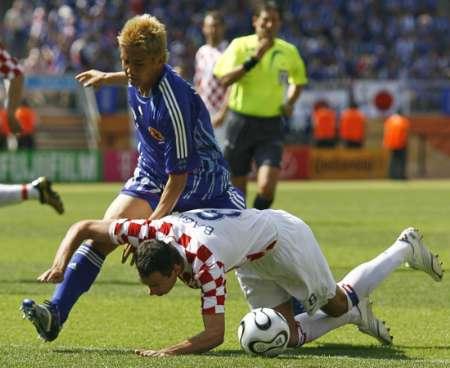 图文:日本VS克罗地亚 慢点别摔着