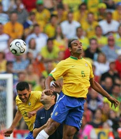 图文:巴西VS澳大利亚 埃莫森凶狠争顶