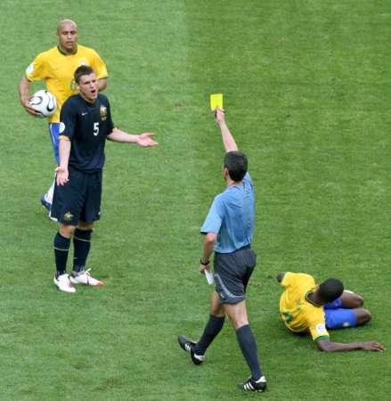 图文:巴西VS澳大利亚 5号被黄牌警告