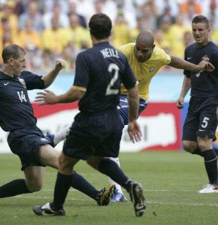 组图:巴西VS澳大利亚 阿德里亚诺拔脚射门