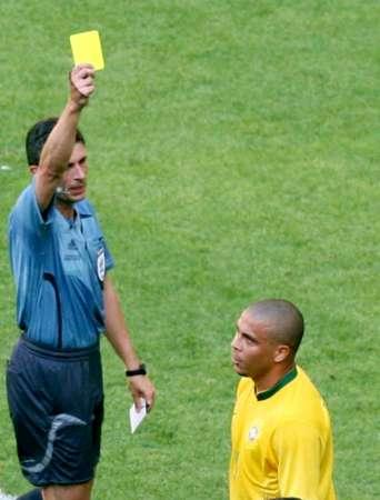 图文:巴西VS澳大利亚 罗纳尔多被亮黄牌