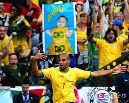 图文:巴西VS澳大利亚 罗纳尔多沮丧黄牌
