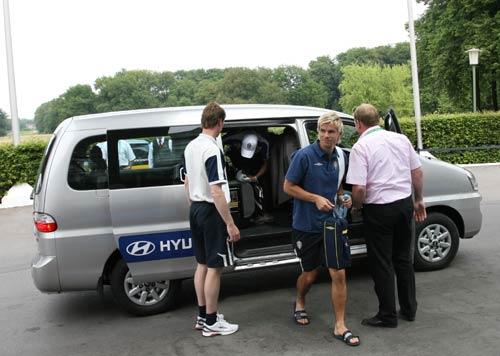 图文:搜狐采访瑞典驻地 亚历山德松下车