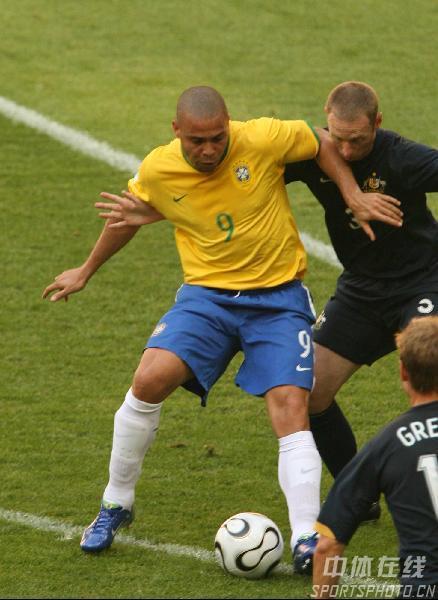 图文:巴西2-0澳大利亚 罗纳尔多带球突破