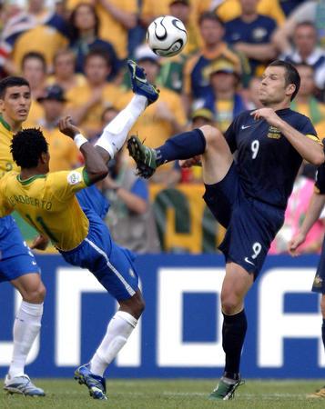 图文:巴西2-0澳大利亚 罗伯托与维杜卡拼抢