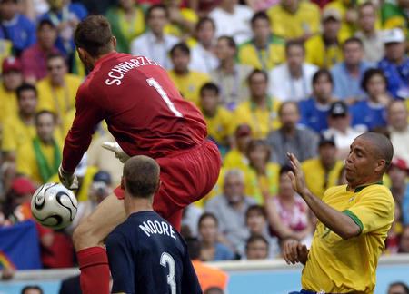 图文:巴西2-0澳大利亚 罗纳尔多门前拼抢