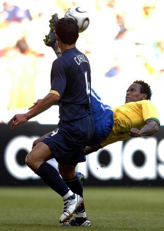 图文:巴西2-0澳大利亚 泽-罗伯托倒挂金钩