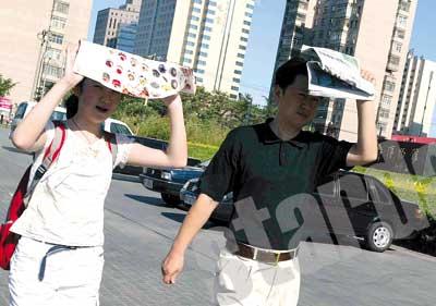 北京昨日遭遇高温天气 冷饮销量增两三倍(组图)