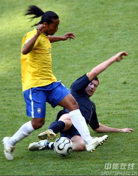 图文:巴西2-0澳大利亚 罗纳尔迪尼奥带球