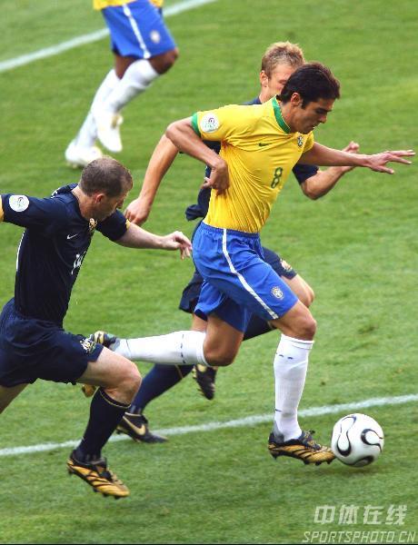 图文:巴西2-0澳大利亚 卡卡带球突破