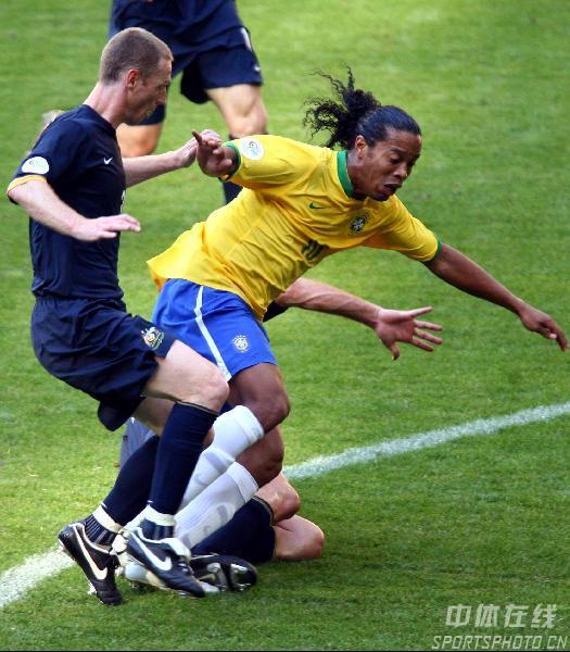 图文:巴西2-0澳大利亚 罗纳尔迪尼奥带球受阻