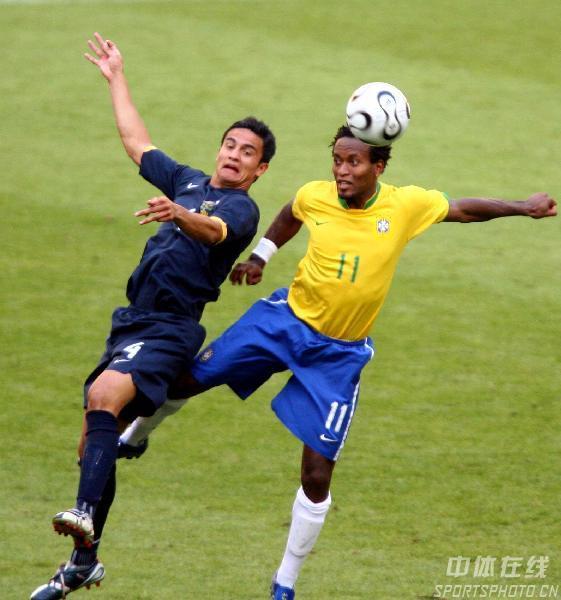图文:巴西2-0澳大利亚 泽罗伯托争顶头球
