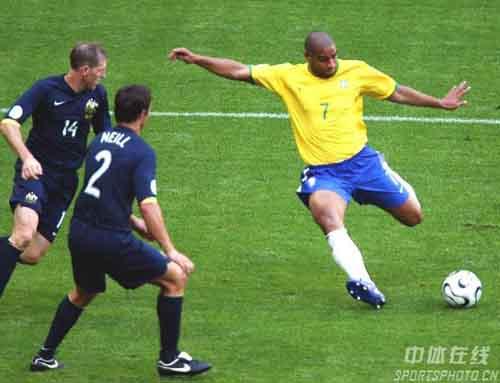 图文:巴西2-0澳大利亚 阿德里亚诺进球瞬间