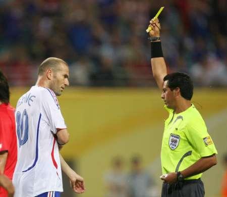 组图:法国1-1韩国 齐达内被黄牌警告