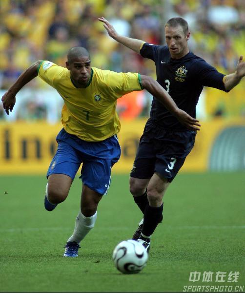 图文:巴西2-0澳大利亚 阿德里亚诺带球突破