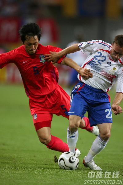 图文:法国1-1韩国 金南一和里贝利争抢