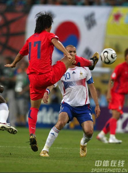 图文:法国1-1韩国 韩国队7号朴智星打门