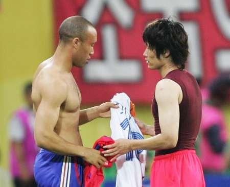 组图:法国1-1韩国 双方队员互换球衣