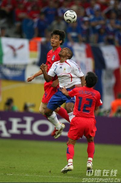 图文:法国1-1韩国 双方队员争顶头球