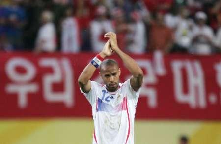 图文:法国1-1韩国 亨利感谢球迷