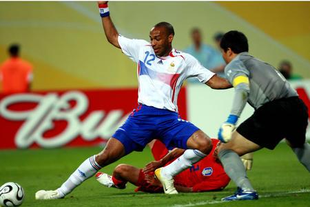 图文:法国1-1韩国 亨利带球突入禁区