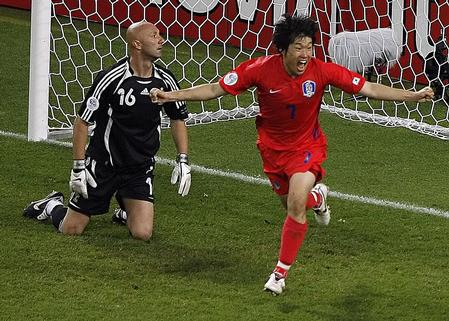 图文:法国1-1韩国 朴智星庆祝进球