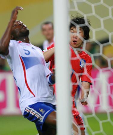 图文:法国1-1韩国 朴智星进球前的表情