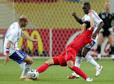 图文:法国1-1韩国 金南一防守齐达内