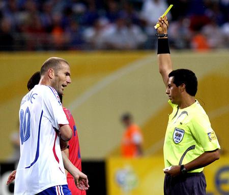 图文:法国1-1韩国 齐达内被出示黄牌