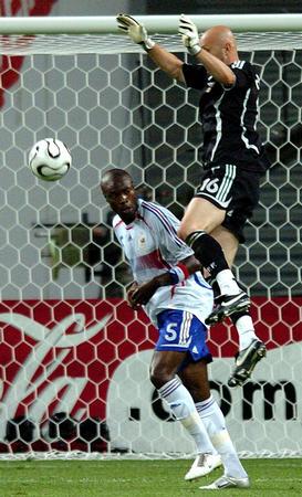 图文:法国1-1韩国 巴特斯救球脱手