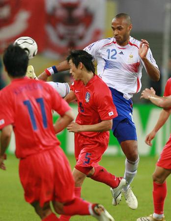 图文:法国1-1韩国 亨利遭金南一拼抢