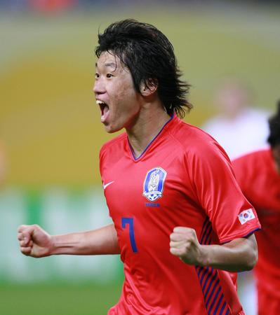 图文:法国1-1韩国 朴智星在进球后庆祝