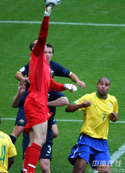 组图:巴西2-0澳大利亚 双方队员激烈抢拼中