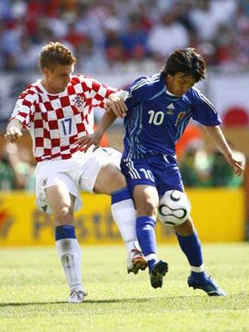 组图:日本0-0平克罗地亚 中田英寿激烈抢球