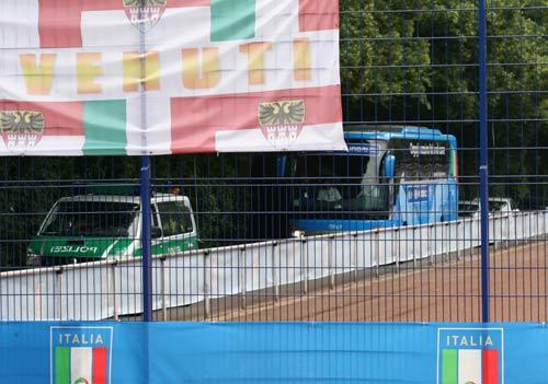 图文:搜狐采访意大利驻地 乘大巴离开训练场