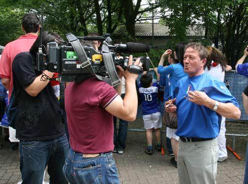 图文:搜狐采访意大利驻地 场外球迷激动不已