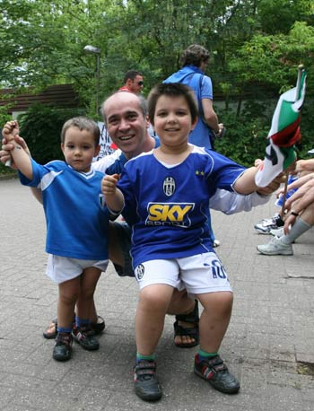 图文:搜狐采访意大利驻地 老少球迷为球队助威
