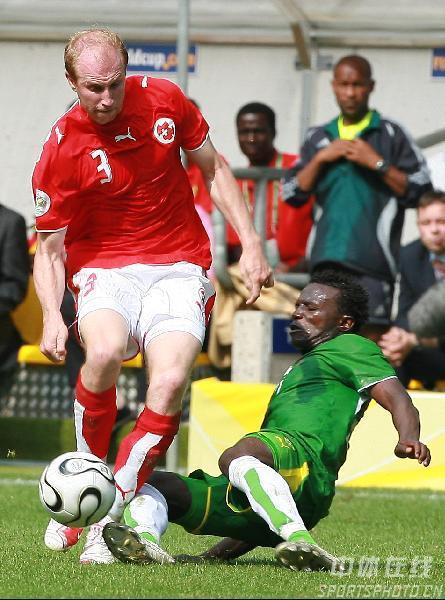 图文:多哥0-2瑞士 瑞士队马格宁带球突破