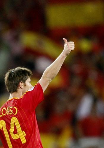 图文:西班牙3-1突尼斯 阿隆索感谢球迷