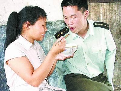 痴情女爱上无臂军人 隐瞒家人7年与其结婚(图)