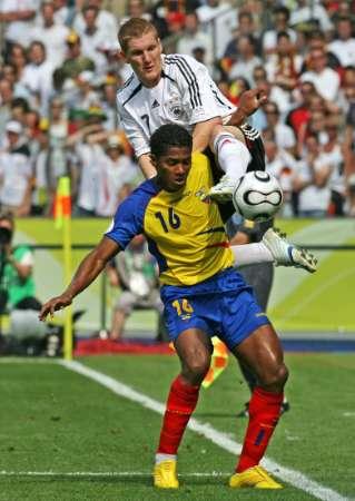 图文:厄瓜多尔VS德国 瓦伦西亚身体护球