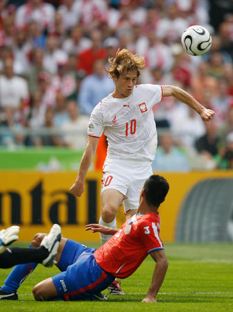 图文:哥斯达黎加VS波兰 球员带球进攻